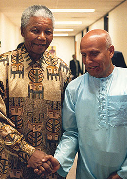 President-Mandela-with-Sri-Chinmoy-lifting-at-the-Presidential-Mansion-in-Pretoria.jpg